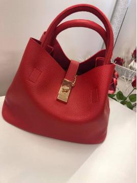 Červená kabelka so zlatým zapínaním